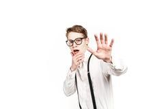 Jeune homme dans des surprises et le choc en verre photographie stock libre de droits