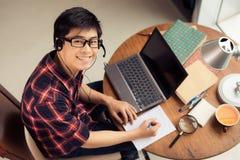 Jeune homme dans l'écouteur Photo libre de droits