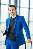 Jeune homme dans l'aéroport Veste de port de costume de type occasionnel Photos libres de droits