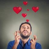 Jeune homme dans l'amour faisant un souhait Photos libres de droits