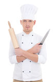 Jeune homme dans l'uniforme de chef avec la goupille en bois de cuisson et le kni Images libres de droits