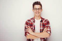 Jeune homme dans la chemise croisant ses bras Images libres de droits