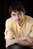 Jeune homme dans la chemise jaune Images libres de droits