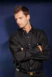 Jeune homme dans la chemise noire photo stock
