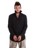 Jeune homme dans la chemise noire avec des menottes image libre de droits