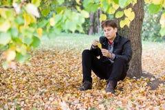 Jeune homme dans la chute photographie stock libre de droits