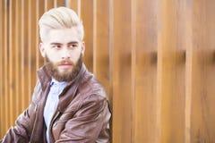Jeune homme dans la jupe en cuir image stock