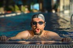 Jeune homme dans la piscine avec la transition photo libre de droits