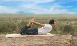 Jeune homme dans la pose de yoga image stock