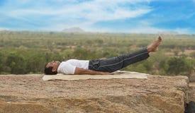 Jeune homme dans la pose de yoga images stock