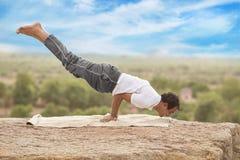 Jeune homme dans la pose de yoga image libre de droits