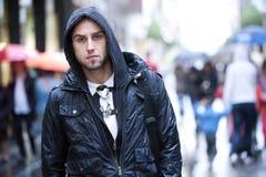 Jeune homme dans la ville Image stock