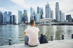 Jeune homme dans la ville moderne photographie stock