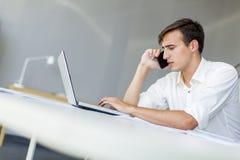 Jeune homme dans le bureau Image stock