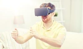 Jeune homme dans le casque de réalité virtuelle à la maison Photo libre de droits