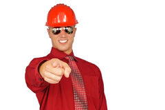 Jeune homme dans le casque protecteur rouge image stock