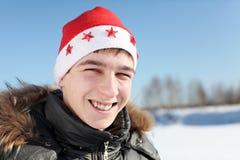 Jeune homme dans le chapeau de Santa Photographie stock