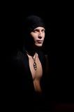 Jeune homme dans le cloack noir Photographie stock libre de droits