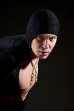 Jeune homme dans le cloack noir Photos stock