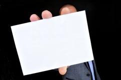 Jeune homme dans le costume tenant une enseigne vide Images libres de droits