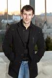 Jeune homme dans le manteau Images stock