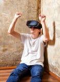 Jeune homme dans le masque de VR Photo stock