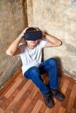 Jeune homme dans le masque de VR Images stock