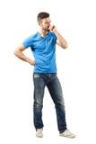 Jeune homme dans le regard de pensée de T-shirt bleu vers le bas Images libres de droits