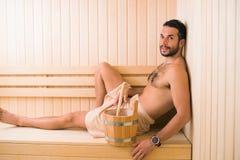 Jeune homme dans le sauna images libres de droits