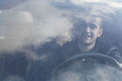 Jeune homme dans le véhicule photos libres de droits