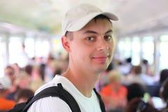 Jeune homme dans le wagon ferroviaire Photo stock