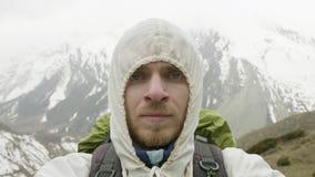 Jeune homme dans les montagnes du Népal Voyage de circuit de Manaslu, altitude de 4500 m banque de vidéos