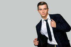 Jeune homme dans un costume et un lien à la mode, studio photos libres de droits