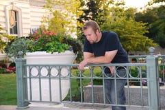 Jeune homme dans un jardin Photographie stock