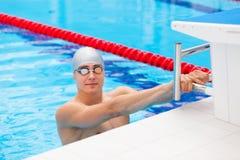 Natation de jeune homme dans le dos crawl photo stock - Nager dans une piscine ...