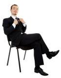 Jeune homme dans une séance noire de procès d'affaires Photos stock