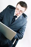Jeune homme de beauté avec l'ordinateur portatif Photos stock