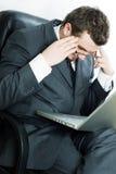 Jeune homme de beauté avec l'ordinateur portatif Photo stock