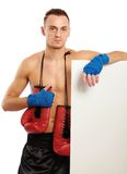 Jeune homme de boxeur tenant le conseil proche, d'isolement dessus Photos stock