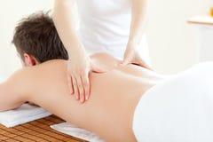 Jeune homme de Caucsasian ayant un massage arrière Image libre de droits