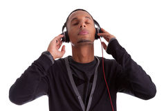 Jeune homme de couleur écoutant la musique images stock