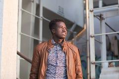 Jeune homme de couleur beau dans un arrangement industriel Images stock