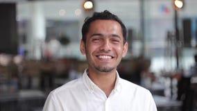Jeune homme de couleur beau du Dubaï souriant admirablement banque de vidéos