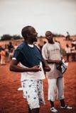Jeune homme de couleur utilisant un T-shirt blanc photographie stock libre de droits