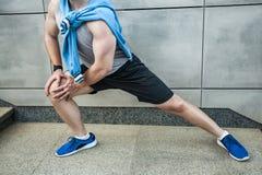 Jeune homme de forme physique dans les vêtements de sport faisant le yoga Fermez-vous vers le haut de la chaussure bleue Image libre de droits