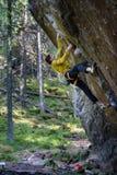 Jeune homme de grimpeur montant une roche Destin de voyage de l'Europe du Nord photographie stock libre de droits