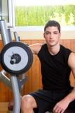 Jeune homme de gymnastique posant des weigths de culturisme image libre de droits