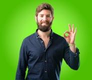 Jeune homme de hippie avec la barbe et la chemise photo stock