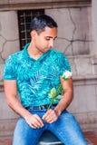 Jeune homme de hispano-américain vous manquant, pensant à vous Photo libre de droits