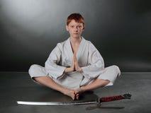 Jeune homme de karaté. Photo stock